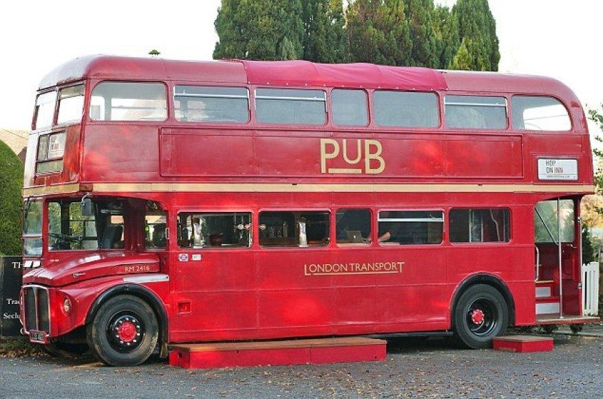 Londono autobusas virto važinėjančiu baru