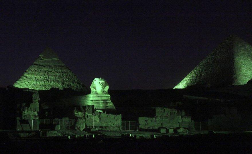 Drąsuoliai rusai naktį prasmuko pro apsaugą ir užsiropštė ant piramidės viršūnės