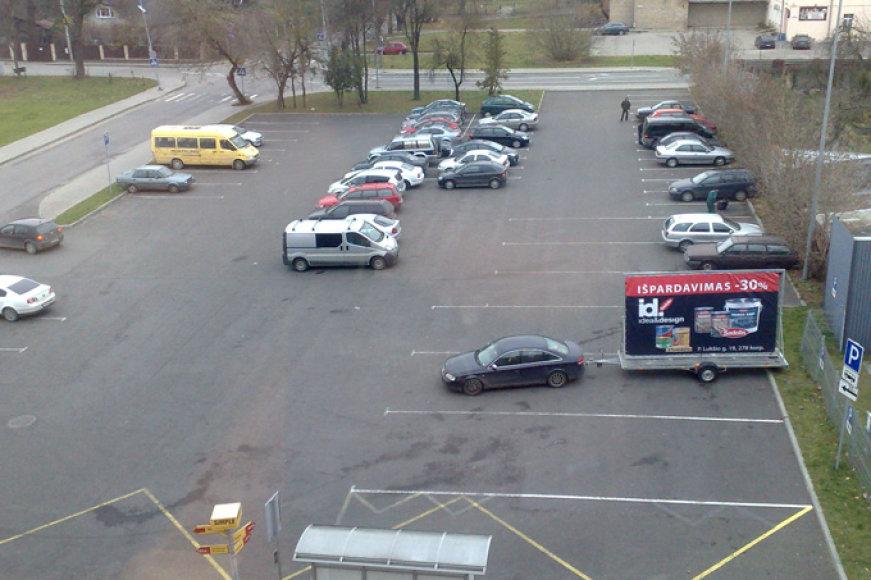 """Autobusams skirtoje vietoje pastatytas """"Audi A6"""" su reklamine priekaba"""