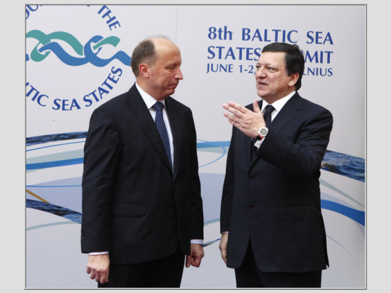 Lithuania s Prime Minister Andrius Kubilius (L) listens to President of the European Commission Jose Manuel Barroso