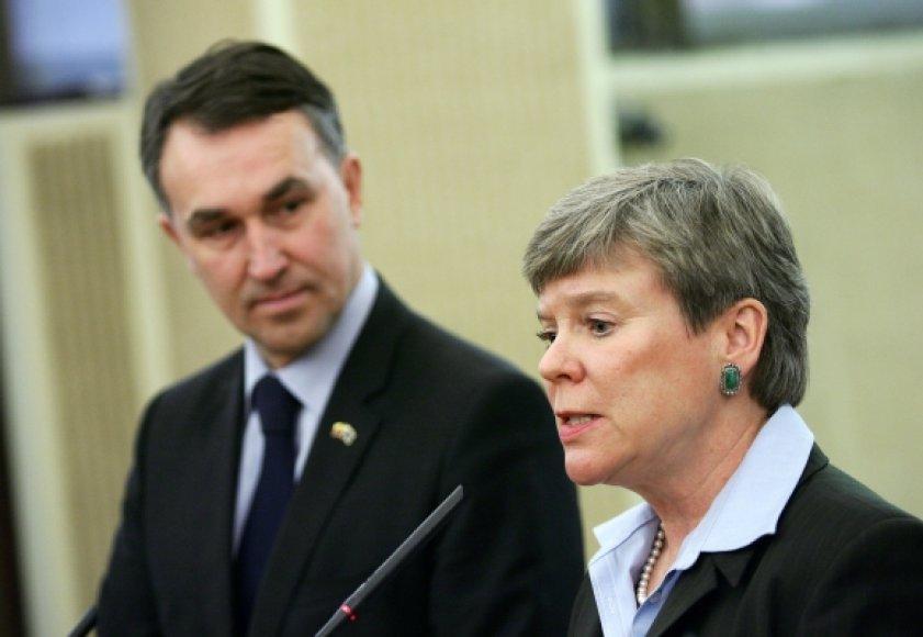 JAV Valstybės sekretorės padėjėja ginkluotės kontrolei ir priežiūrai Rose Gottemoeller ir Seimo Užsienio reikalų komiteto narys Petras Auštrevičius.