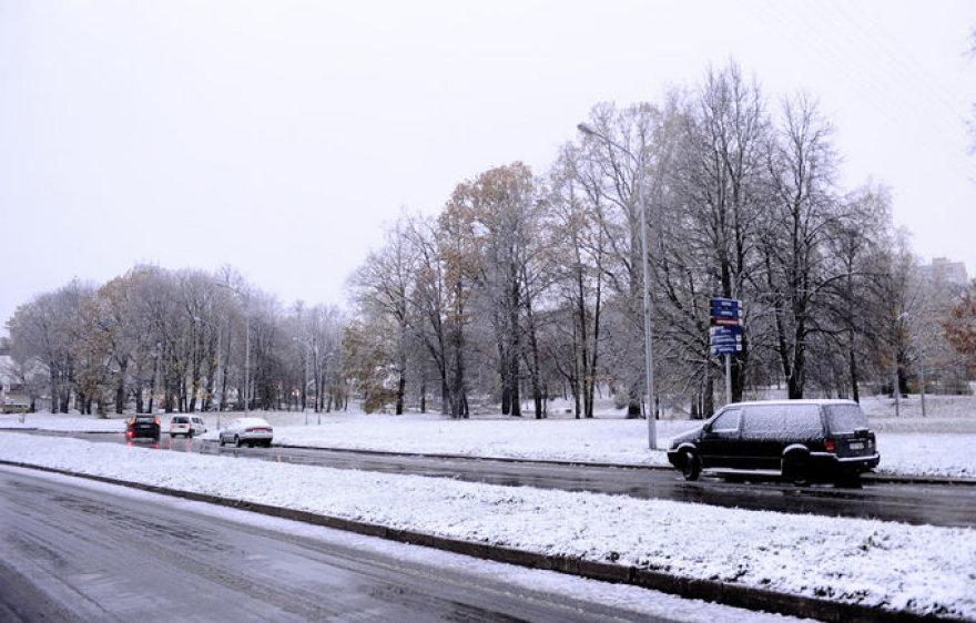 Из-за снега усложнены дорожные условия.