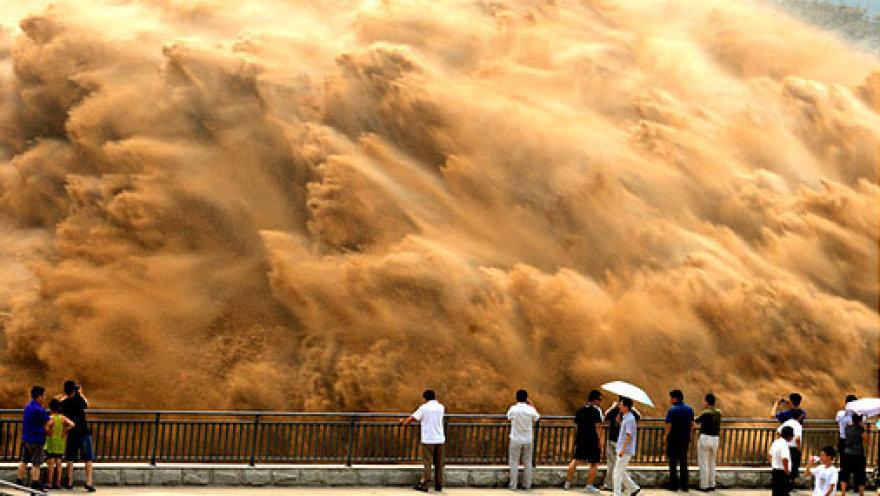 Миллионы тонн ила сбросили вместе с водой в Китае