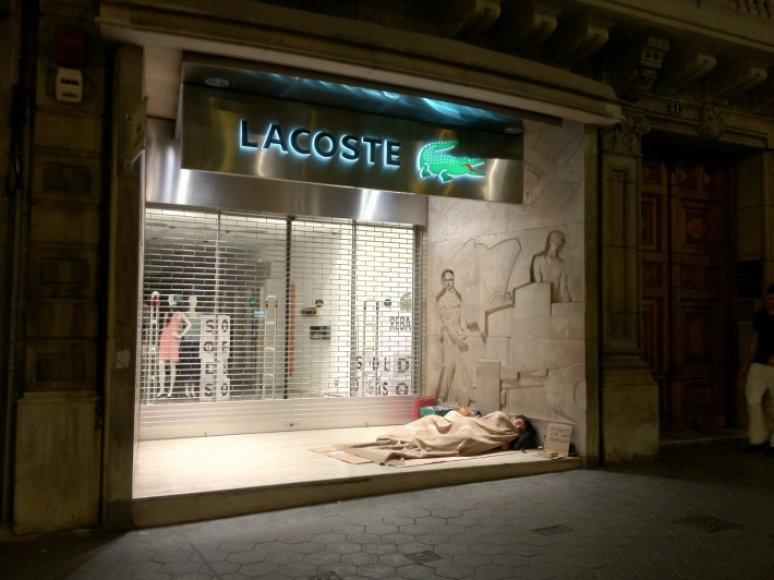 Benamiai miega šalia prabangių parduotuvių vitrinų.