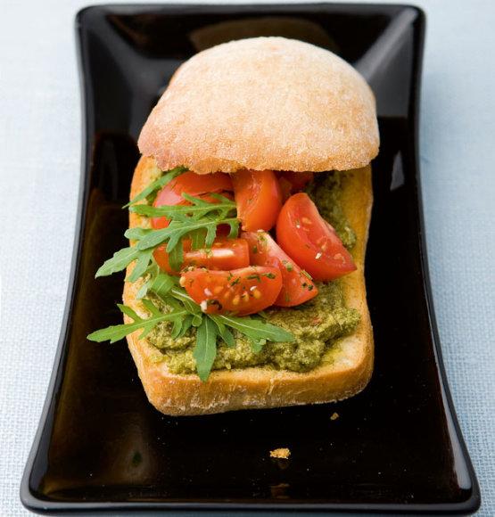 """Sumuštiniai su """"Pesto"""" padažu ir pomidorų salotomis"""