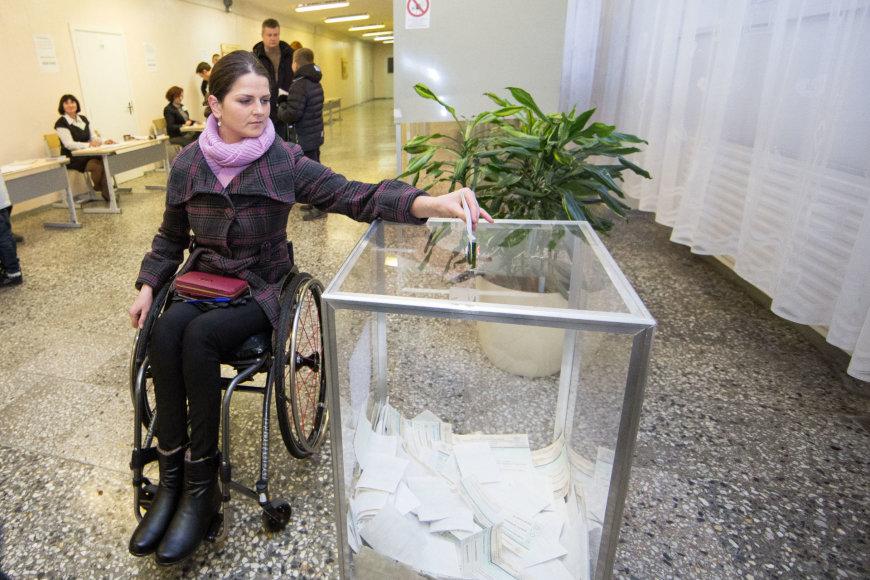 Luko Balandžio / 15min nuotr./Sekmadienį balsavusiems neįgaliesiems teko įveikti tikrą kliūčių ruožą