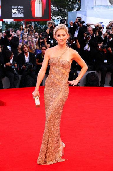 """Aktorė Kate Hudson ir """"Atelier Versace"""" suknelė"""