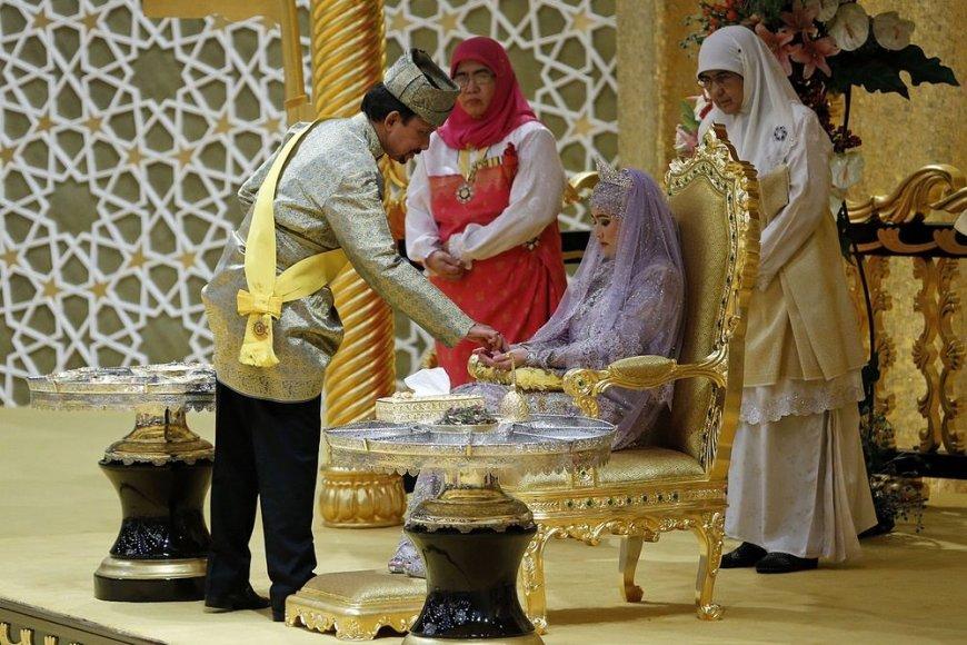 Brunėjaus sultonas Hassanalas Bolkiahas su dukra, princese Hafizah