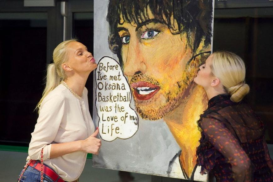 Vita Jakutienė ir Neringa Šiaudikytė parodoje įsiamžino prie Simo portreto, o nuotrauką nusiuntė Oksanai.