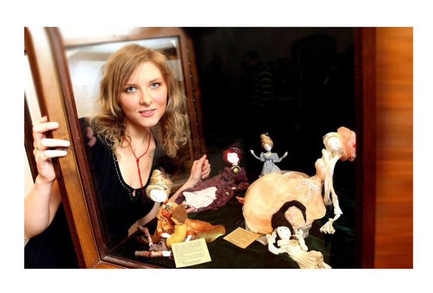 Menininkė Martyna Plioplytė Zujienė su savo kurtomis lėlėmis