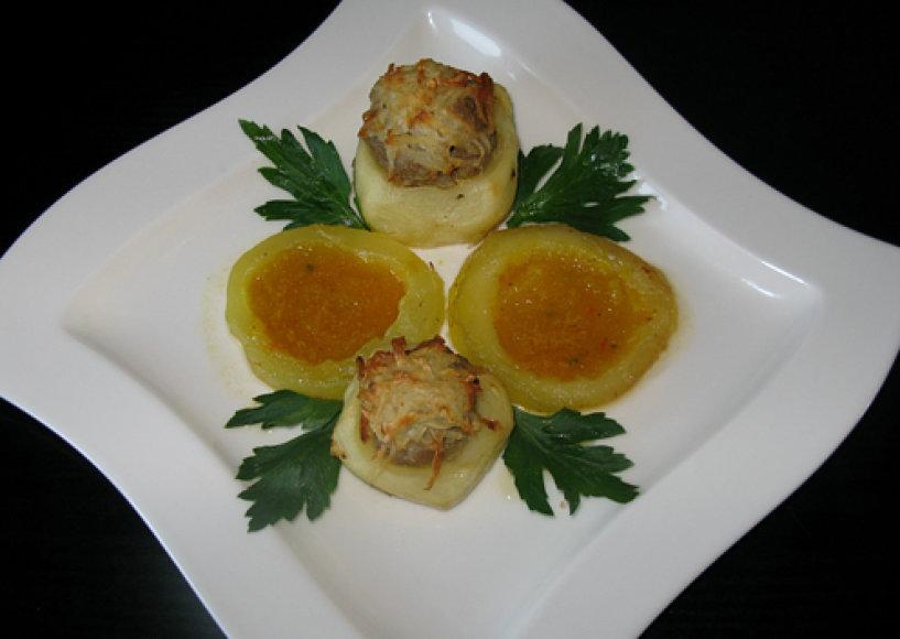 Faršu įdarytos bulvės su daržoviniu padažu