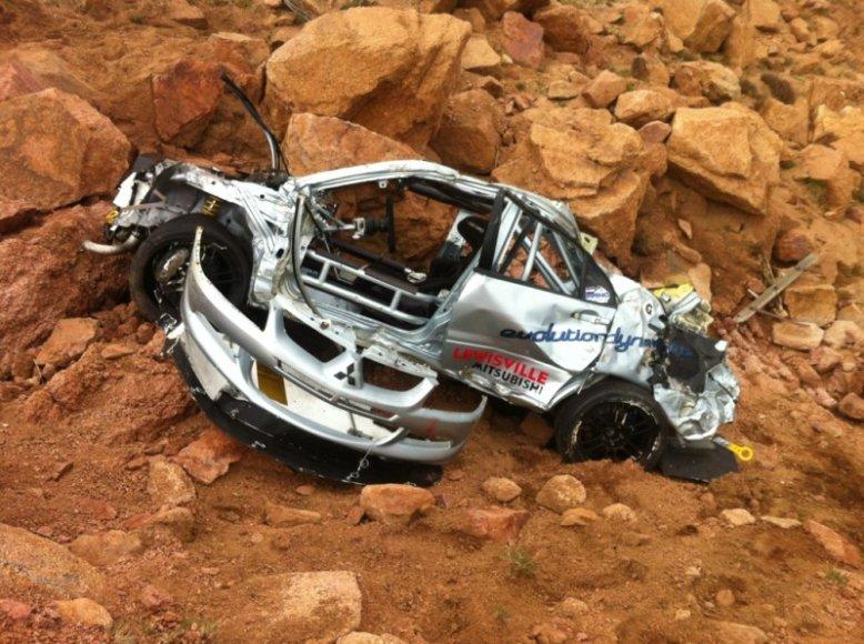 Per Pikes Peak kalnų lenktynęs sudužęs Mitsubishi Lancer