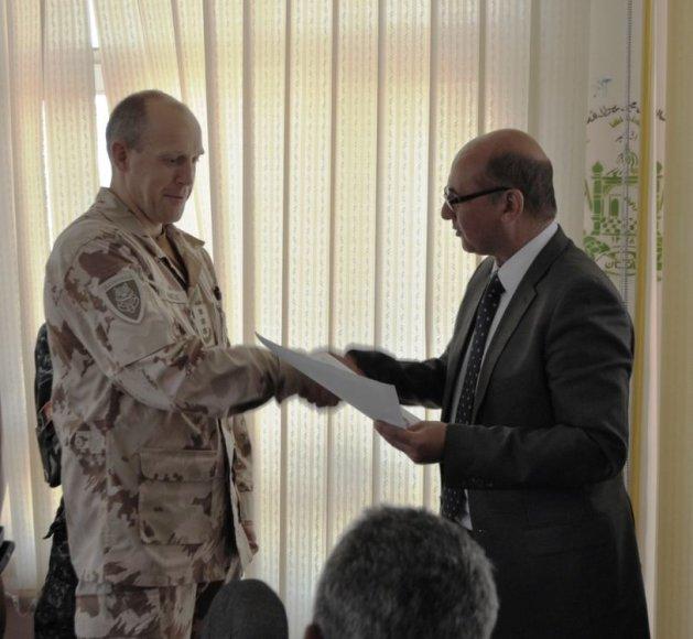 Dr. Abdullah Heiwadas apdovanoja PAG-15 vadą pulkininką Artūrą Radvilą.