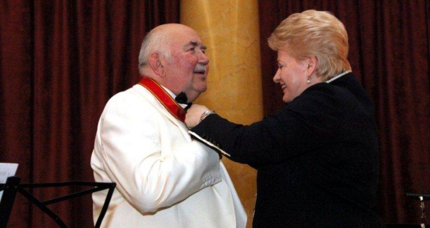 Prezidentė Dalia Grybauskaitė apdovanojo profesorių Donatą Katkų