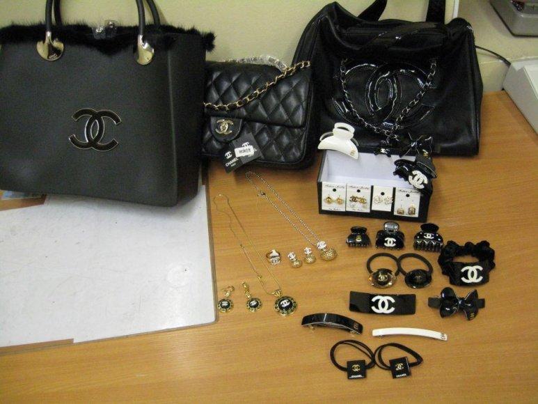 Muitinės pareigūnai sulaikė klastotų rankinių, papuošalų ir kitų prekių