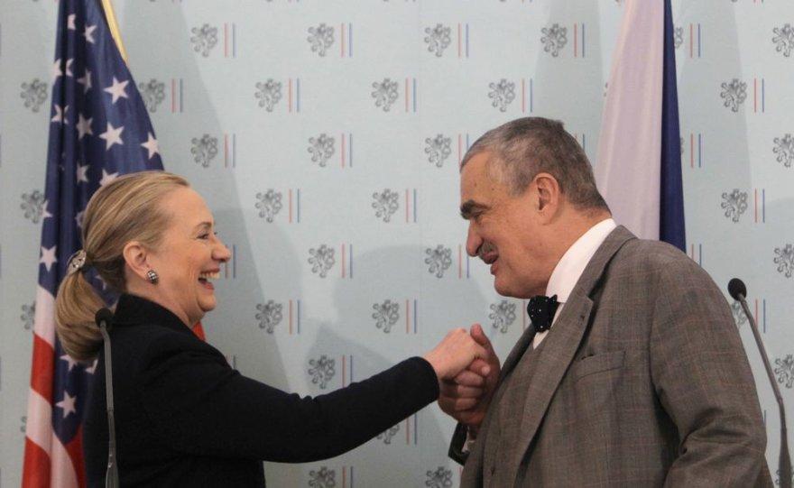 JAV diplomatijos vadovė Hillary Clinton su Čekijos užsienio reikalų ministru Karelu Schwarzenbergu