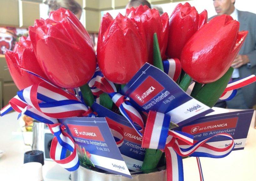 Amsterdamas pasitiko raudonomis tulpėmis