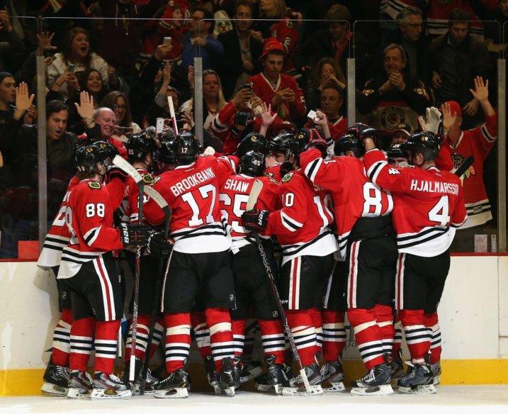 """Blackhawks"" ledo ritulininkai švenčia pergalę."