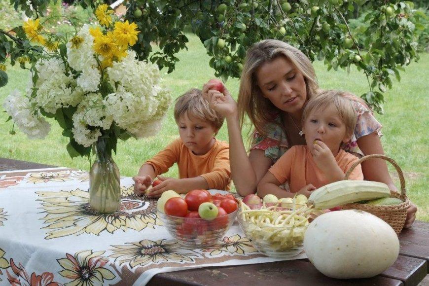 Liepa su vaikais džiaugiasi gamtos gėrybėmis