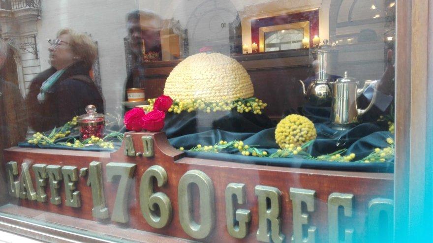 """Jurgos Jurkevičienės nuotr. /Tortas """"Mimosa"""" – prestižinis desertas Romos Condotti gatvės kavinėje """"Caffe Greco"""""""
