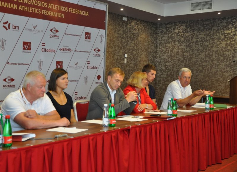 Lengvosios atletikos federacijos atstovų spaudos konferencija: viduryje – E.Skrabulis.