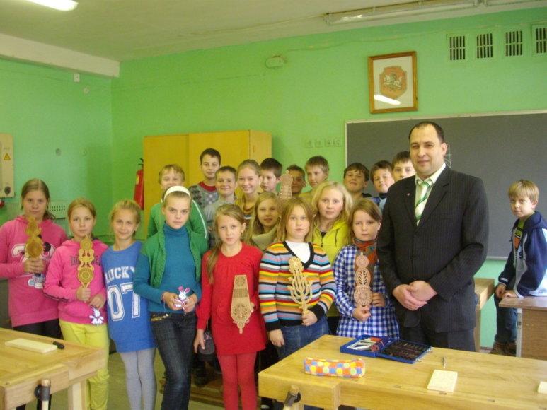 A.Baranausko mokyklos 5 kl. mokiniai su policininku-tautodailininku Albinu Šileika
