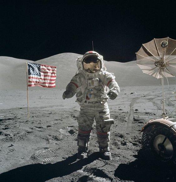 Eugene'as Carnanas Mėnulyje