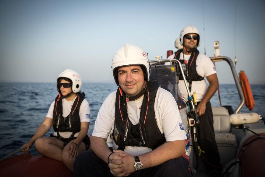 UNHCR nuotr./Konstantinos Mitragas (centre)  kartu su gelbėtojų komandos savanoriais prie Lesbo salos krantų vykdo gelbėjimo operacijos mokymus