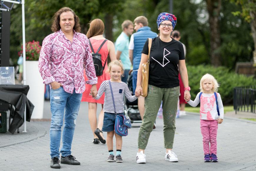 """""""We will grill"""" organizatorių nuotr./Jurga Klimaitė-Riebling su vyru Dirku bei dukromis"""