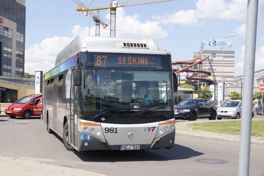 Autobusai nepravažiuoja dėl stovinčių automobilių