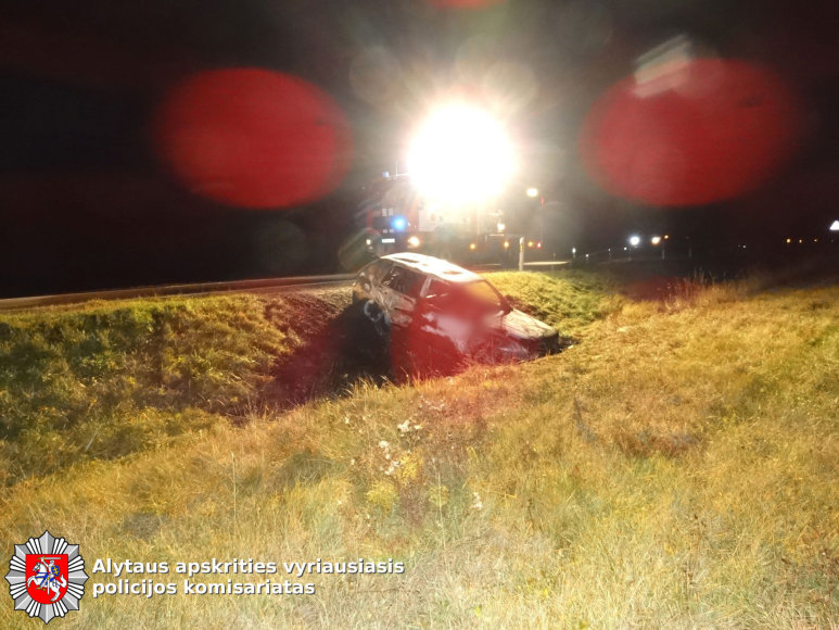 """Alytaus apskrities VPK Nuotr./Prienų rajone sudeges automobilis  """"VW Golf"""""""