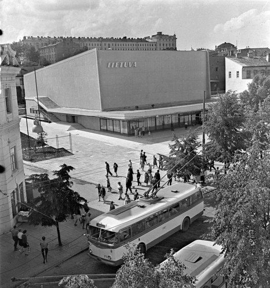 """1965, Mariaus Baranausko nuotraukas, Lietuvos centrinis valstybės archyvas/Kino teatras """"Lietuva"""" archit. Jonas Kasperavičius, 1965 m."""