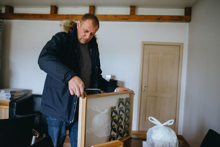 T.Preikšos nuotr. /Kolekcininkas pats pasigamina specialias dėžutes drugiams laikyti