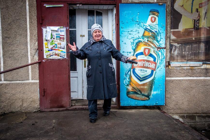 Vidmanto Balkūno/15min.lt nuotr./Marjinkos gyventoja Valentina nesiruošia trauktis iš apšaudomo miestelio