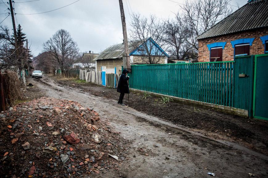 Vidmanto Balkūno/15min.lt nuotr./Ši moteris gyvena priešakinėje fronto linijoje, jos namą apgriovė mina