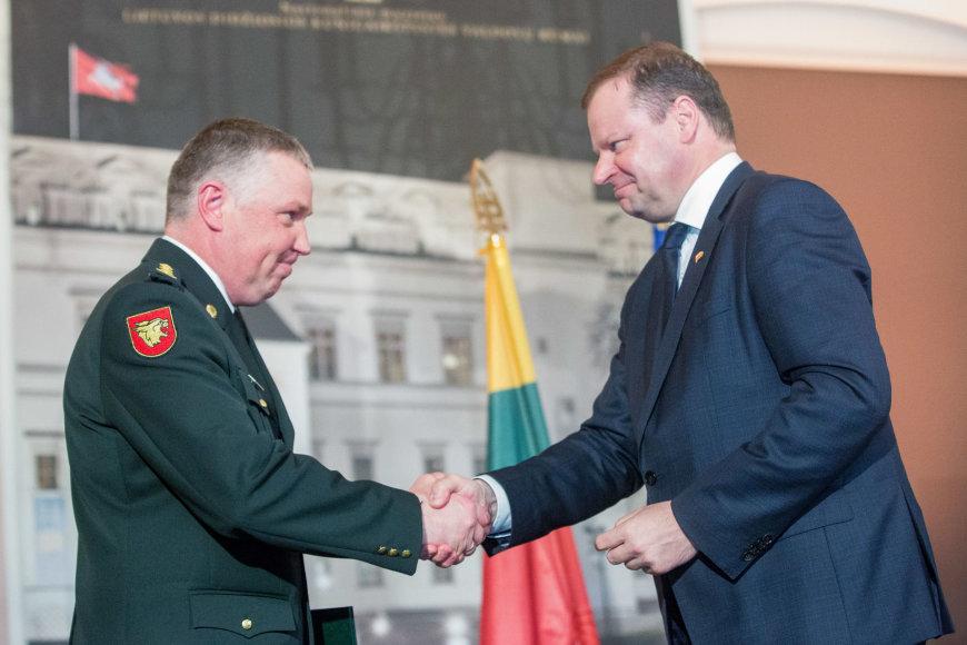 Saulius Skvernelis Ričardui Pociui įteikia generolo laipsnį