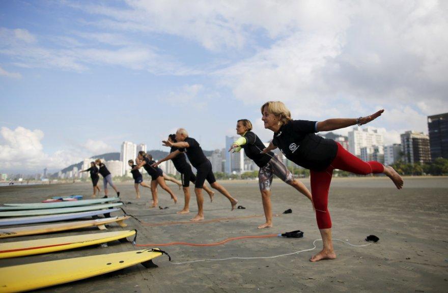 """Reuters""/""Scanpix"" nuotr./Pensininkai Brazilijoje gaudo bangas banglentėmis"