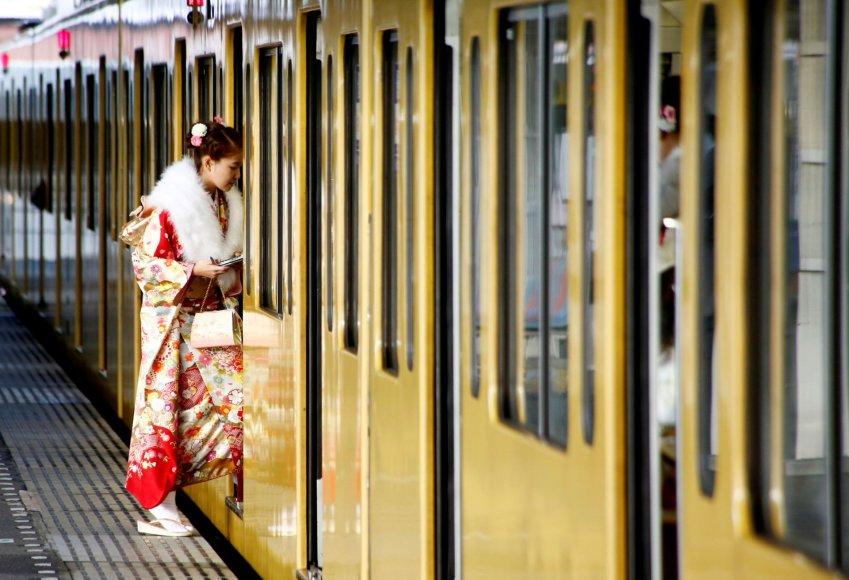 """""""Reuters""""/""""Scanpix"""" nuotr./Pilnametystės sulaukusių japonų šventė Tokijuje"""