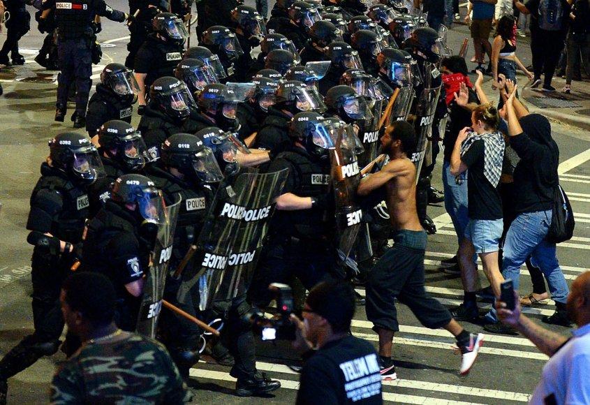 """""""Scanpix""""/AP nuotr./Šiaurės Karolinoje įsiplieskė nauji susirėmimai dėl policijos nušauto juodaodžio"""