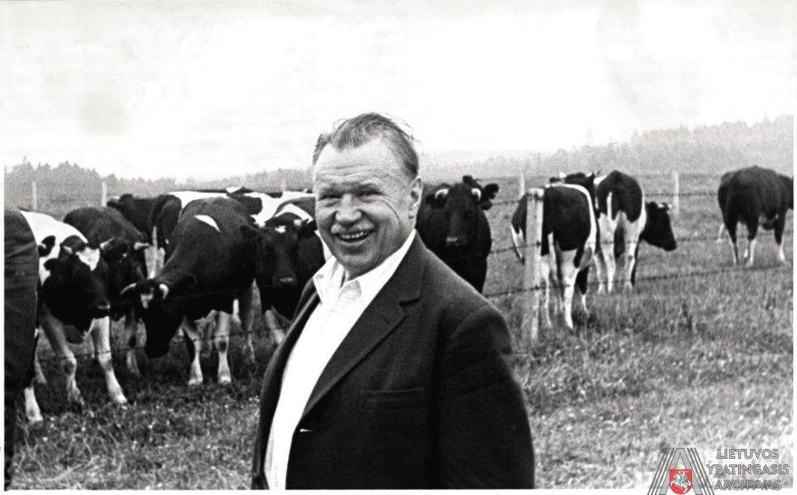 Lietuvos ypatingojo archyvo nuotr./Lietuvos komunistų partijos centro komiteto pirmasis sekretorius Antanas Sniečkus ganykloje. 1970 m. liepos mėn.