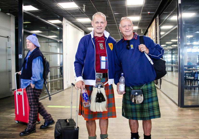 Karolinos Stažytės nuotr./Škotų futbolo sirgaliai Kauno oro uoste