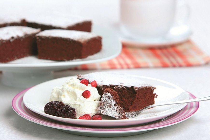Šokoladinis pyragas su miško uogomis