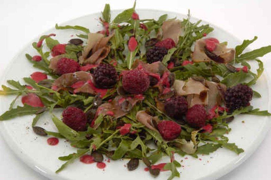 Gražgarsčių salotos su gervuogėmis