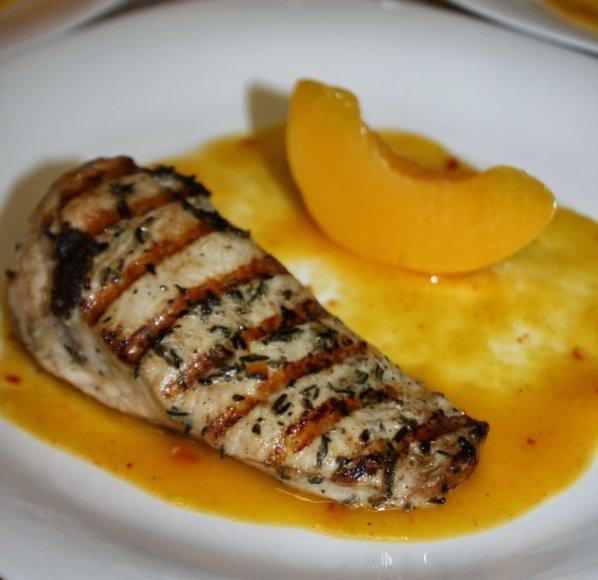 Vištiena grill su pikantišku persikų padažu