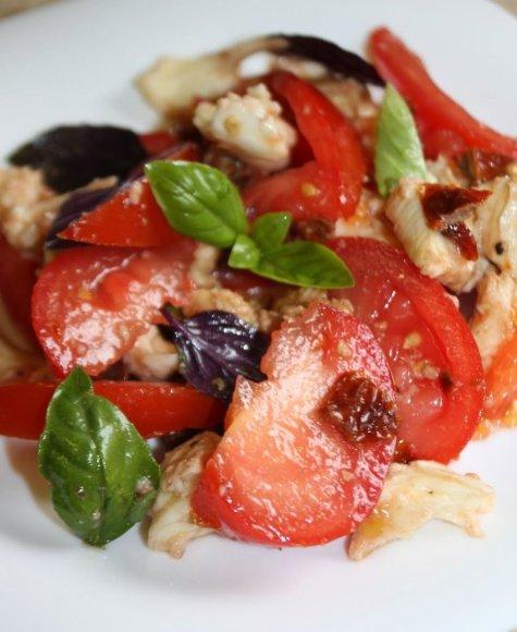 Pomidorų, mozzarellos ir bazilikų salotos