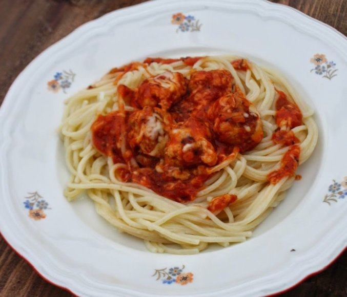 Spagečiai su pomidorų padaže troškintais vištienos kukuliukais