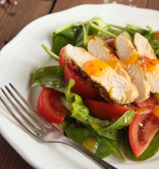 Salotos su vištiena ir pikantišku persikų padažu
