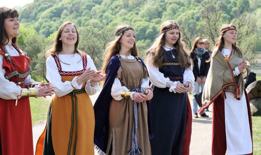 """Alvydo Januševičiaus nuotr./Archeologinis kostiumas, ansamblis """"Vaiguva"""""""
