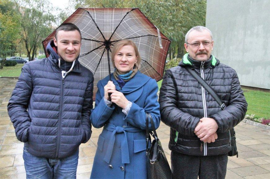 Alvydo Januševičiaus nuotr./Aurelijus, Vida ir Laimis balsuoja už jaunystę.