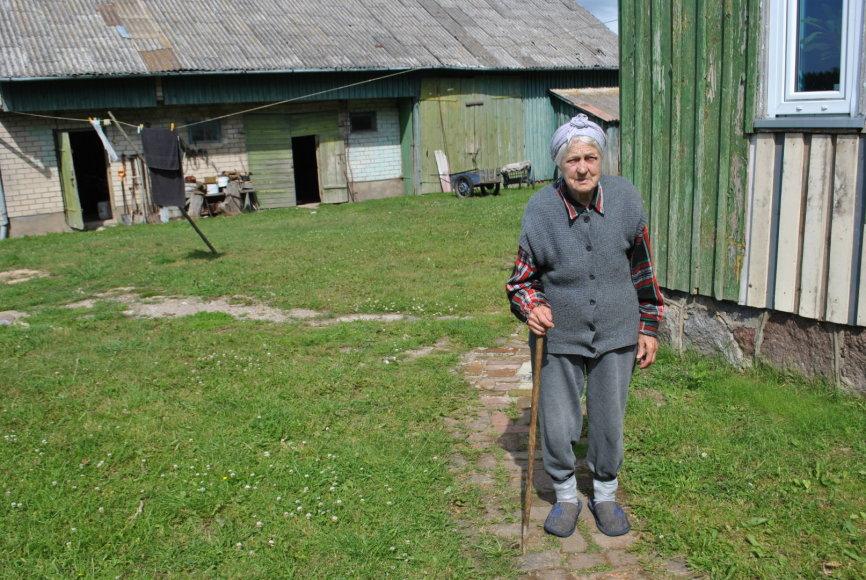 S.Galdikaitės nuotr./J.Milašienė šalia savo namų
